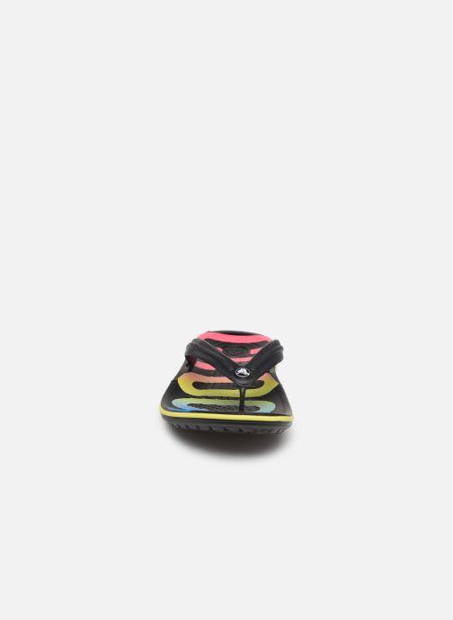 Chanclas Crocs Crocband Printed Flip Negro vista del modelo