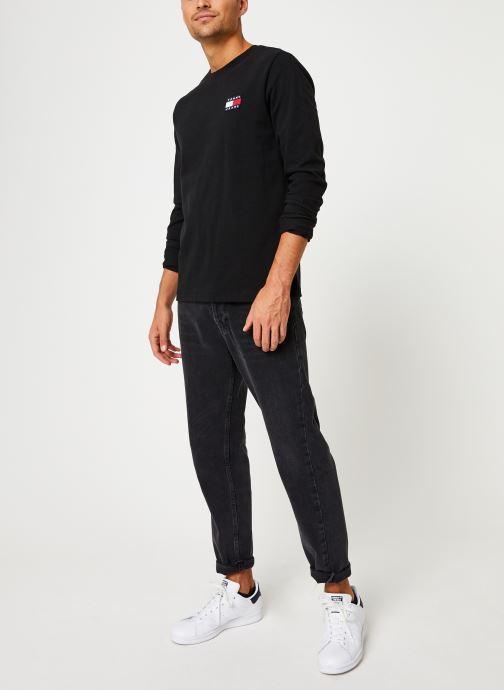 Vêtements Tommy Jeans TJM TOMMY BADGE LONGSLEEVE TEE Noir vue bas / vue portée sac
