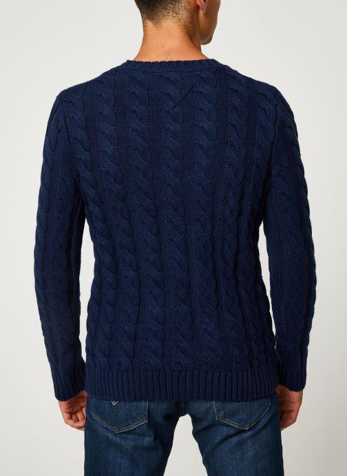 Vêtements Tommy Jeans TJM ESSENTIAL CABLE SWEATER Bleu vue portées chaussures