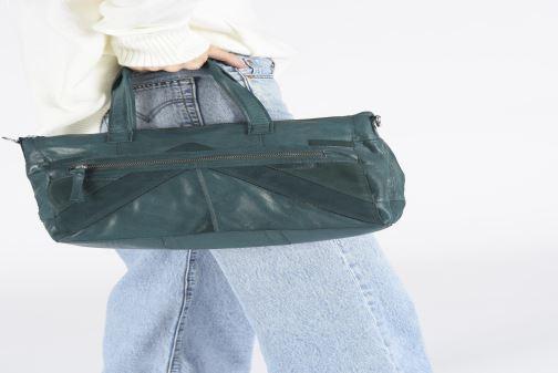 Handtaschen Pieces Ingrid leather daily bag schwarz ansicht von unten / tasche getragen