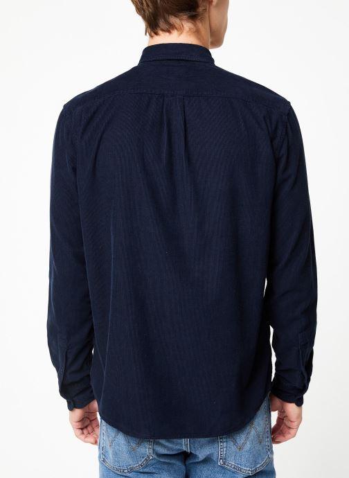 Vêtements Wrangler LS 2PKT FLAP SHIRT Bleu vue portées chaussures