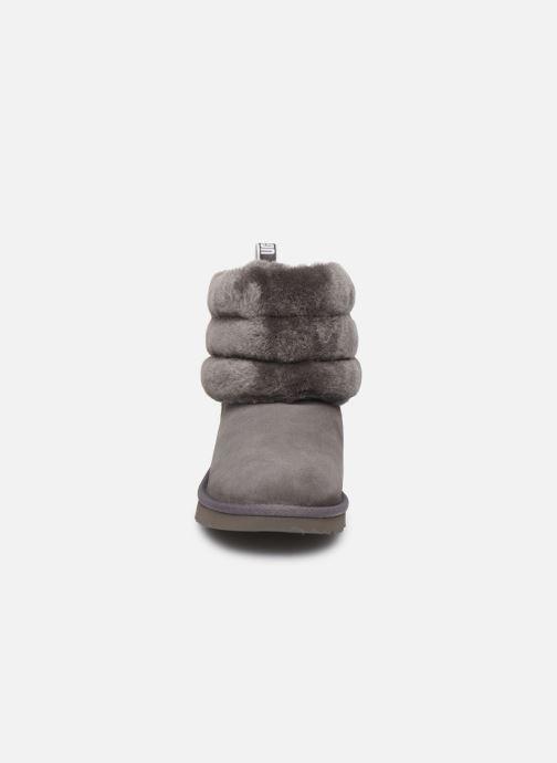 Stivali UGG Fluff Mini Quilted K Grigio modello indossato