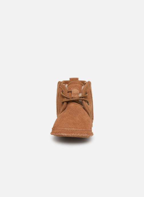 Chaussons UGG Baby Neumel & Ugg Beanie Marron vue portées chaussures
