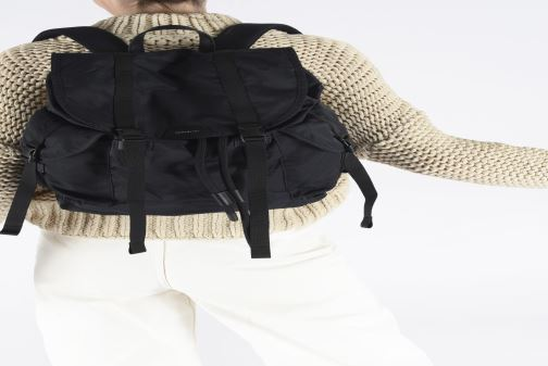 Rucksäcke SANDQVIST W Charlie schwarz ansicht von unten / tasche getragen