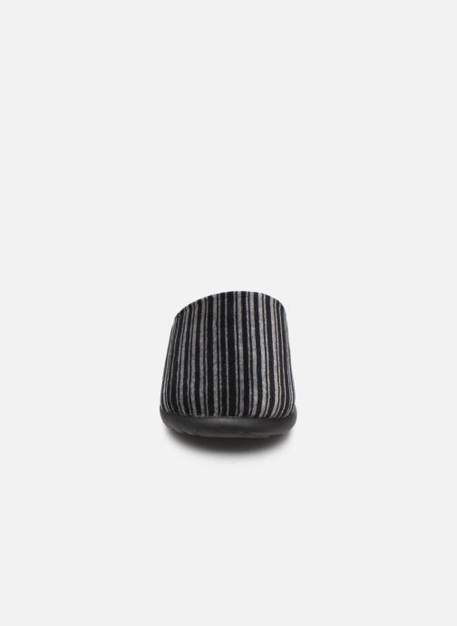 Pantofole Isotoner Mule velours semelle ergonomique Xtra flex Grigio modello indossato