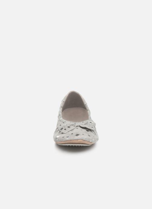 Chaussons Isotoner Ballerine suédine étoiles Gris vue portées chaussures