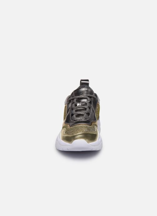 Baskets Guess FL8FURFAM12 Or et bronze vue portées chaussures