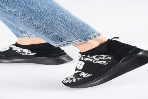 Sneaker UGG Neutra Sneaker Graffiti Pop schwarz ansicht von unten / tasche getragen