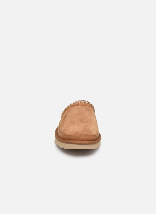 Pantuflas UGG Tasman Slip-On Marrón vista del modelo