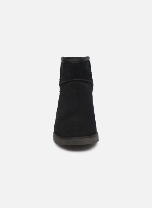 Bottines et boots UGG Classic Femme Mini Noir vue portées chaussures
