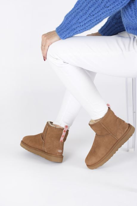 Bottines et boots UGG Classic Mini II Graphic Logo Marron vue bas / vue portée sac
