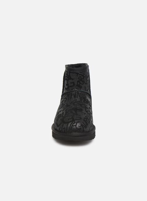 Bottines et boots UGG Classic Mini Sparkle Graffiti Noir vue portées chaussures