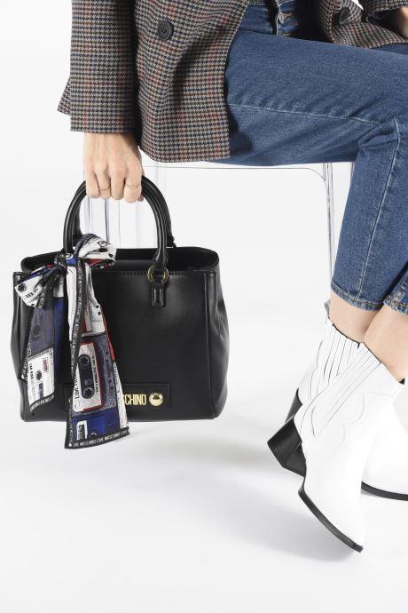 Handtaschen Love Moschino LETTERING LOVE MOSCHINO SACTHEL schwarz ansicht von unten / tasche getragen