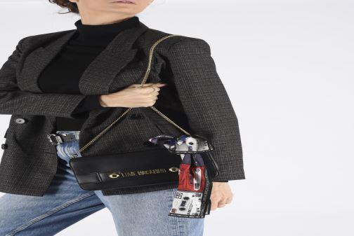 Handtaschen Love Moschino LETTERING LOVE MOSCHINO CLUTCH schwarz ansicht von unten / tasche getragen