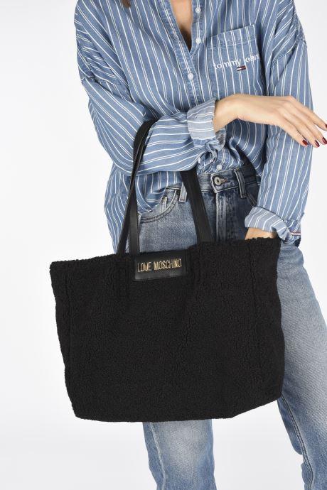 Handtaschen Love Moschino STAY WARM TOTE REVERSIBLE schwarz ansicht von unten / tasche getragen
