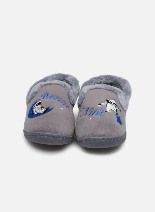 Chaussons Isotoner Charentaise polyvelours Gris vue portées chaussures