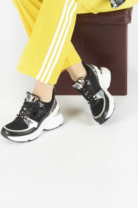 Sneaker Michael Michael Kors Mickey Trainer schwarz ansicht von unten / tasche getragen