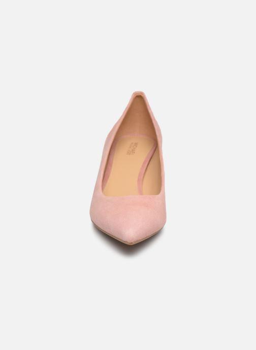 Zapatos de tacón Michael Michael Kors Katerina Flex Kitten Pump Rosa vista del modelo