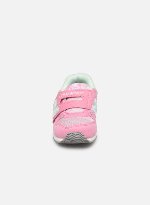 Sneakers New Balance IV996 M Rosa modello indossato