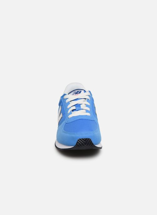 Deportivas New Balance YC220 M Azul vista del modelo