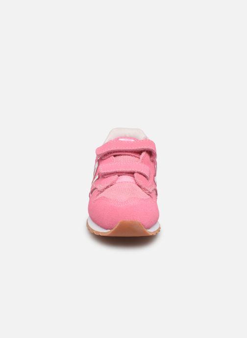 Sneakers New Balance IV520 M Rosa modello indossato