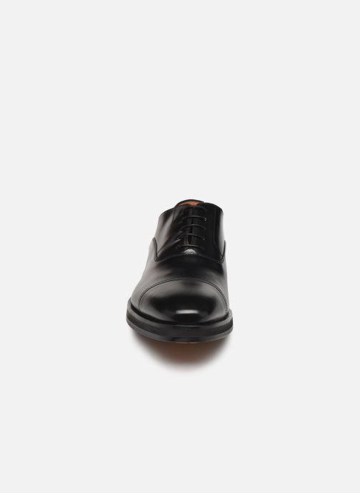 Scarpe con lacci Santoni Levante 16359 Nero modello indossato