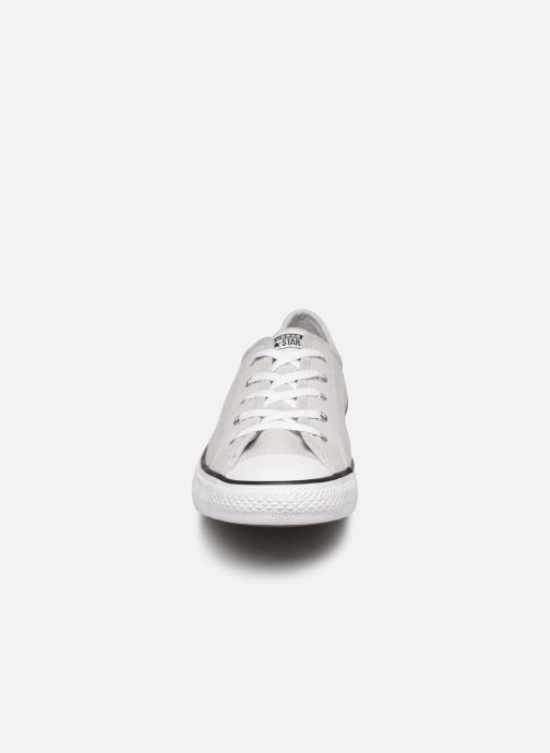 Baskets Converse Chuck Taylor All Star Dainty Canvas Ox Gris vue portées chaussures