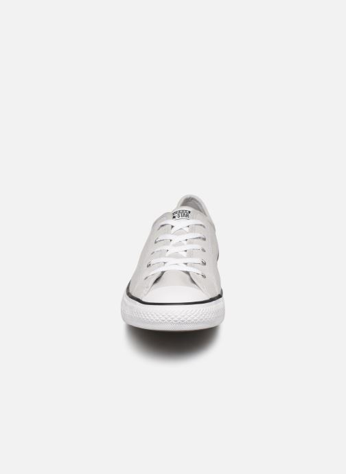 Sneakers Converse Chuck Taylor All Star Dainty Canvas Ox Grigio modello indossato