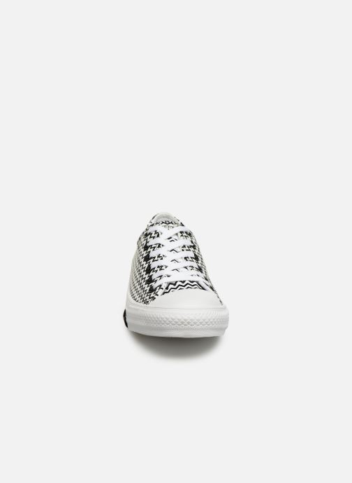 Baskets Converse Chuck Taylor All Star Mission-V Ox Blanc vue portées chaussures