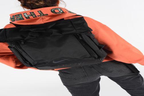 Rucksäcke Nike Vapor Energy 2.0 schwarz ansicht von unten / tasche getragen