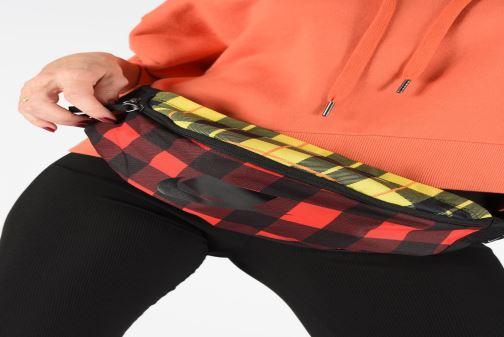 Petite Maroquinerie Nike HERITAGE HIP PACK - PLAID Rouge vue bas / vue portée sac