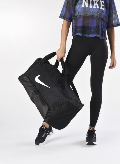 Sporttaschen Nike BRSLA M DUFF - 9.0 (60L) schwarz ansicht von unten / tasche getragen
