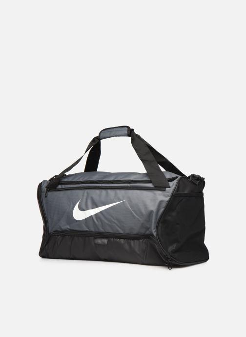 Borsa da palestra Nike BRSLA M DUFF - 9.0 (60L) Grigio modello indossato