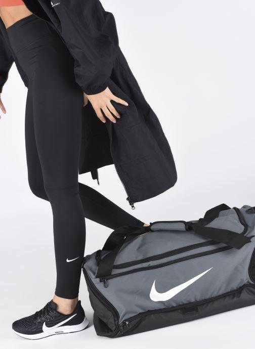 Sacs de sport Nike BRSLA M DUFF - 9.0 (60L) Gris vue bas / vue portée sac
