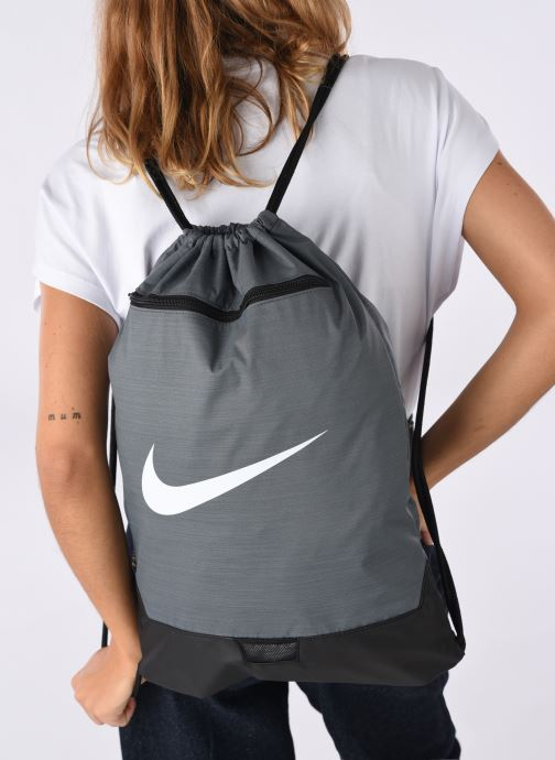 Sports bags Nike BRSLA GMSK – 9.0 Grey view from underneath / model view