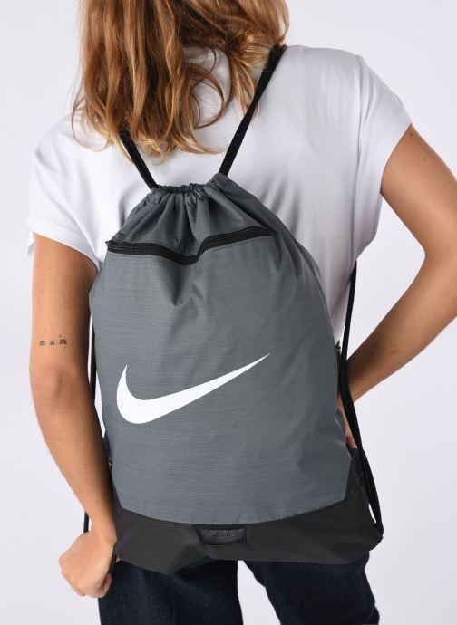 Sacs de sport Nike BRSLA GMSK – 9.0 Gris vue bas / vue portée sac