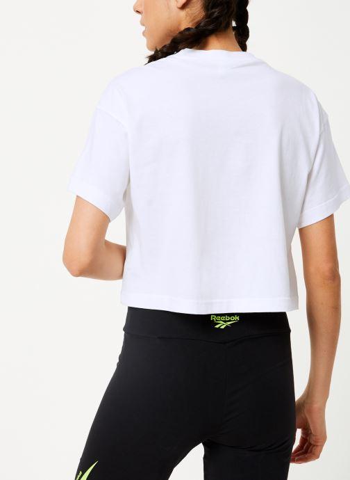 Vêtements Reebok Cl V Crop Tee Blanc vue portées chaussures