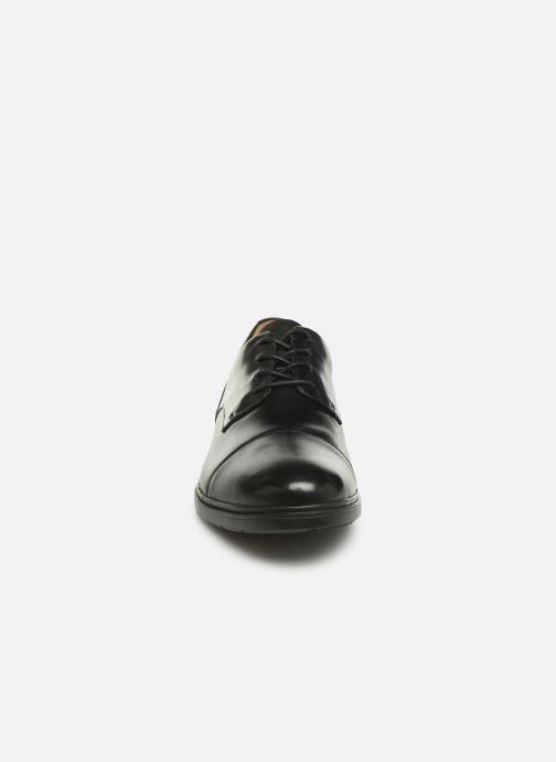 Scarpe con lacci Clarks Unstructured Un Tailor Cap Nero modello indossato