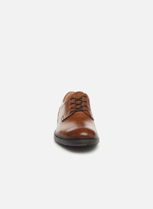 Scarpe con lacci Clarks Unstructured Un Tailor Tie Marrone modello indossato