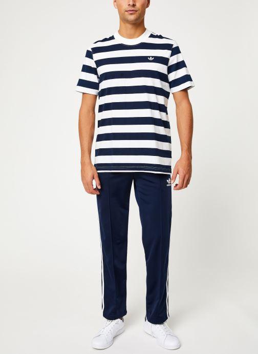 Vêtements adidas originals Stripe Tee Blanc vue bas / vue portée sac