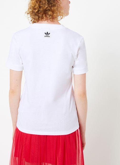 Vêtements adidas originals Tee-Shirt Blanc vue portées chaussures