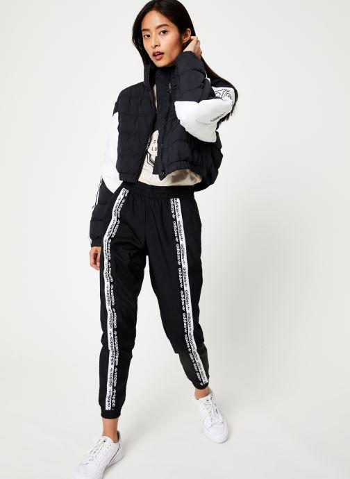 Vêtements adidas originals Cropped Puffer Noir vue bas / vue portée sac