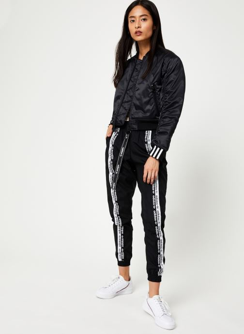 Vêtements adidas originals Cropped Bomber Noir vue bas / vue portée sac