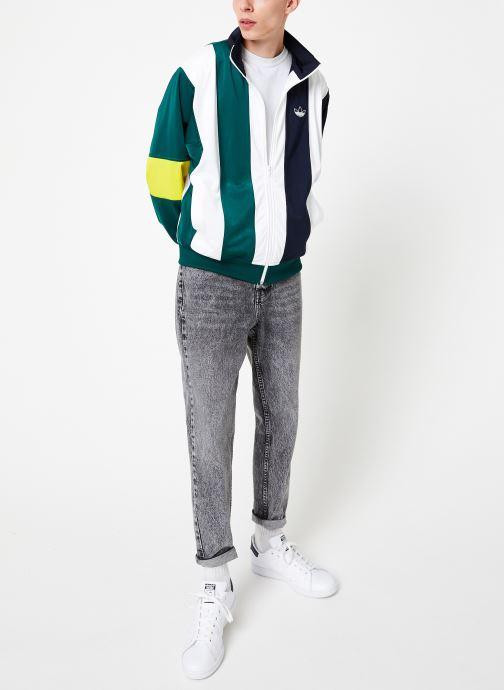 Vêtements adidas originals Bailer Tt Blanc vue bas / vue portée sac