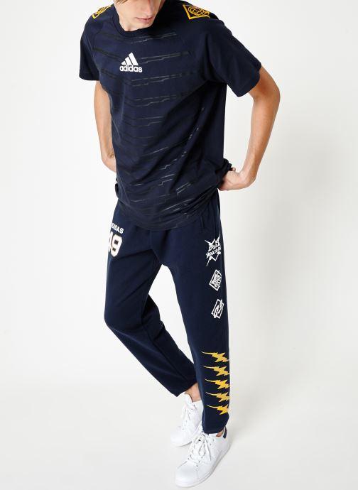 Vêtements adidas performance M Id Grfx T Bleu vue bas / vue portée sac