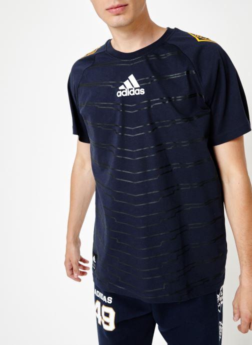Vêtements adidas performance M Id Grfx T Bleu vue droite