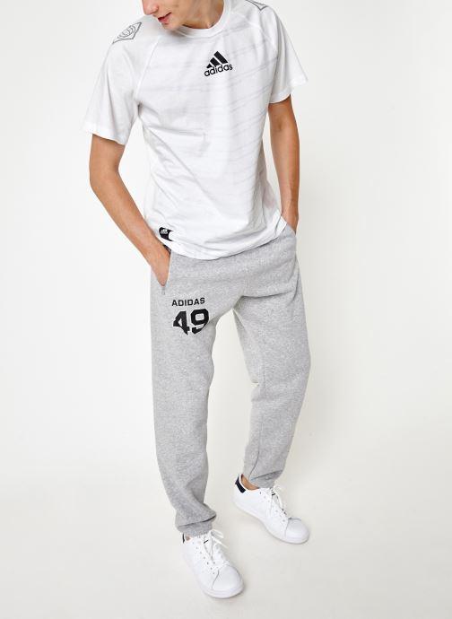 Vêtements adidas performance M Id Grfx T Blanc vue bas / vue portée sac