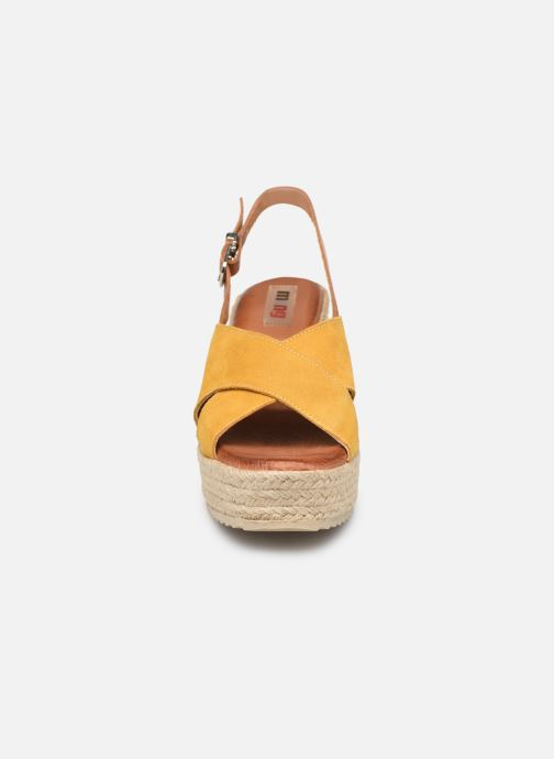Alpargatas MTNG 58873 Amarillo vista del modelo