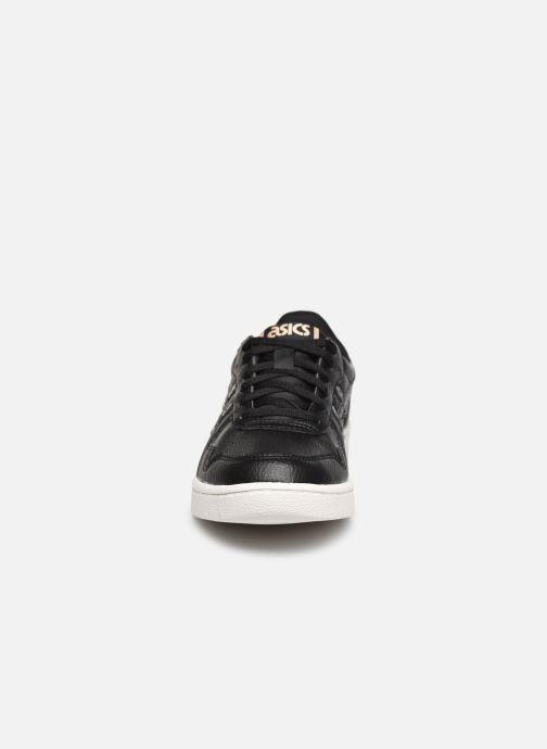 Sneakers Asics Japan S M Nero modello indossato
