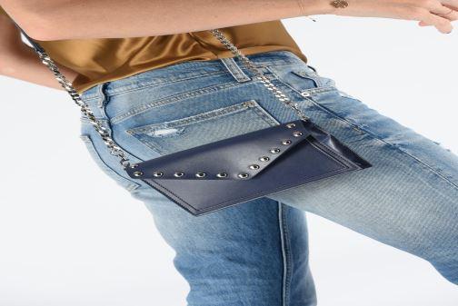 Sacs pochettes Rebecca Minkoff Blythe Wallet Xbody Bleu vue bas / vue portée sac